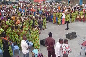 Scène de campagne d'évangélisation en plein air.